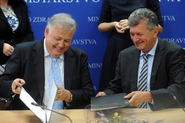 "Ministar zdravstva Milan Kujundžić i Andre Phillippe Revenu potpisuju ugovor o nabavi robota za KBC ""Rebro"" / Foto Davor Kovačević"
