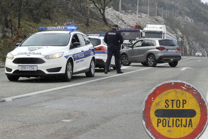 Na Jadranskoj magistrali iznad Bakra putnike s propusnicama kontrolirala policija / Foto Sergej DRECHSLER