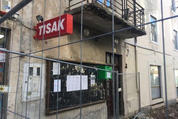 Na glavnoj senjskoj ulici Potok u vrijeme mesopusta stoji sandučić u koji se ubacuju vijesti / Foto: D. PRPIĆ