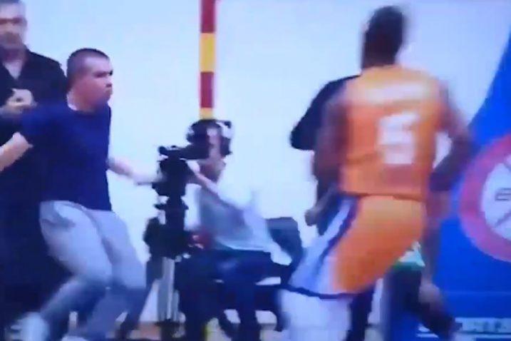 Navijač je u posljednjim sekundama uletio na teren i napao igrača