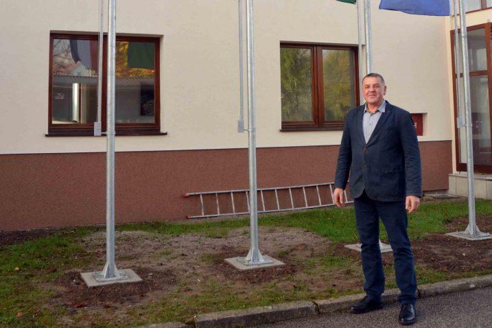 Dražen Mufić ispred zgrade gradske uprave u Vrbovskom / Foto M. KRMPOTIĆ