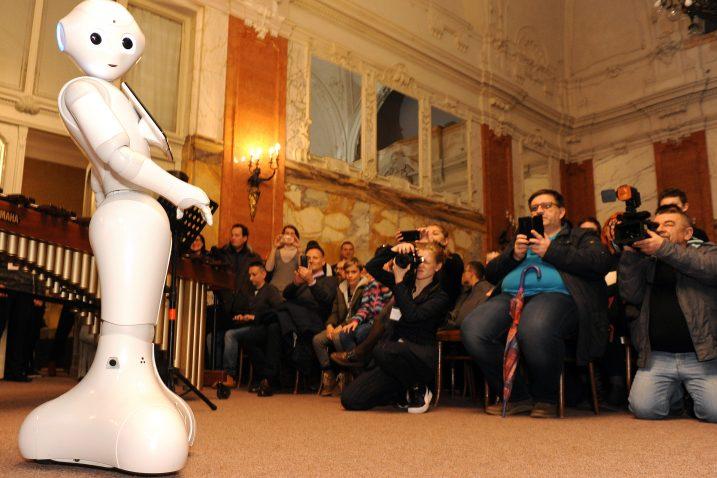 U PPMHP-u robotica Pepper nešto je govorila, usput tu i tamo podigla »ruke« i pokazala nam vrlo bazični uvid u svijet koji nas uskoro čeka / Foto Marko GRACIN