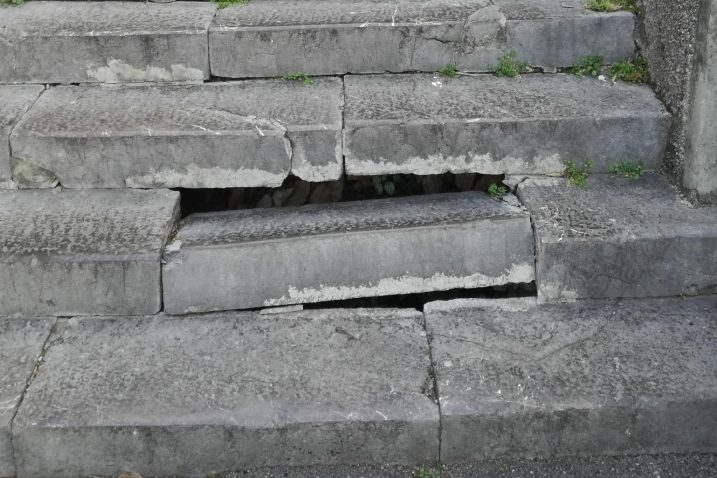 Stepenica prijetila sigurnosti pješaka / Snimila Ljiljana HLAČA