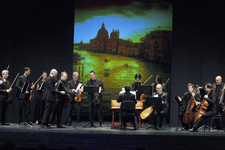 Venecijanski barokni ansambl i talijanski violinist Giuliano Carmignola na pozornici HNK Ivana pl. Zajca / Snimio Vedran KARUZA