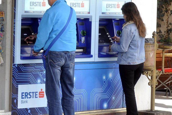 Bolje je poslužiti se bankomatom ili internet bankarstvom / snimio Damir ŠKOMRLJ