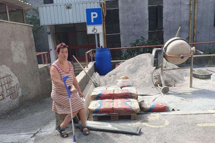 Simonettijeva 5, građevinski materijal iskrcan na invalidsko mjesto