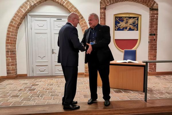 Nikola Ivaniš je gradonačelniku Rolandu Methlingu poklonio je srebrnjak sv. Vida