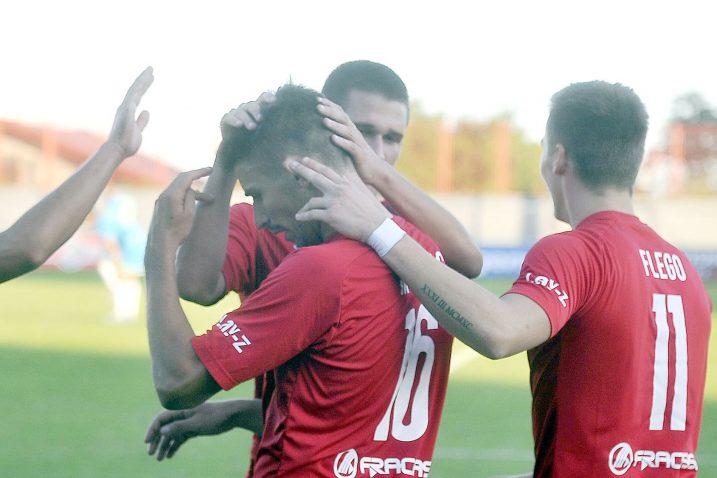 Mateo Monjac u društvu Dominika Mulca i Kristijana Flege nakon što je postigao pogodak/Foto R. BRMALJ