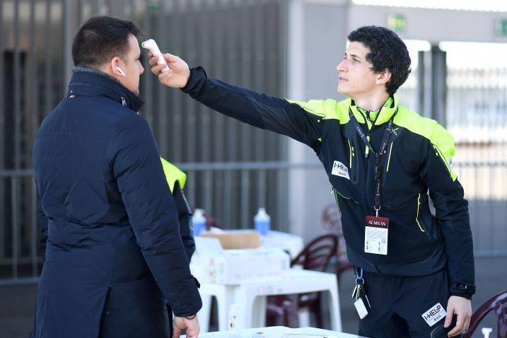 Ovako su pregledavali službene osobe na ulazu na San Siro uoči utakmice Milana i Genoe/Foto REUTERS
