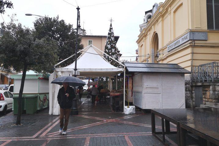 Prostor ispred tržnice je skromnije uređen nego proteklih godina / Snimio Marina KIRIGIN