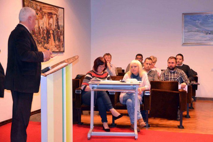 Gradonačelnik Ivica Knežević odgovarao je na brojna pitanja / Snimio Marinko KRMPOTIĆ