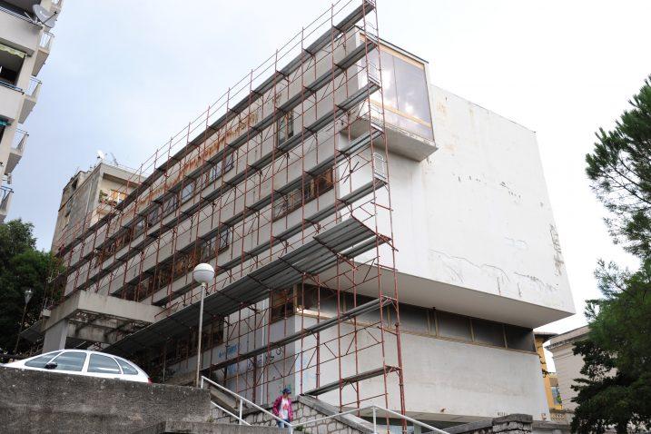 Muzej grada Rijeke trenutačno je »okovan« skelama, u tijeku je veliko preuređenje u nov i suvremen muzejski prostor/ Snimio Marko GRACIN