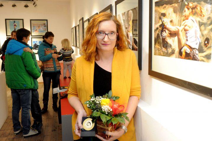 Pobjednica Nataša Kupljenik ispred nagrađene fotografije / Snimio Marko GRACIN
