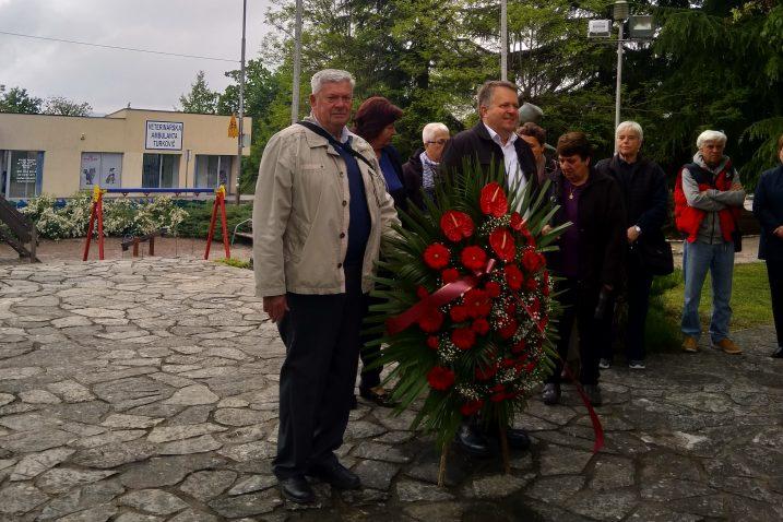 Delegacija UABA i Općine Viškovo polaže vijenac