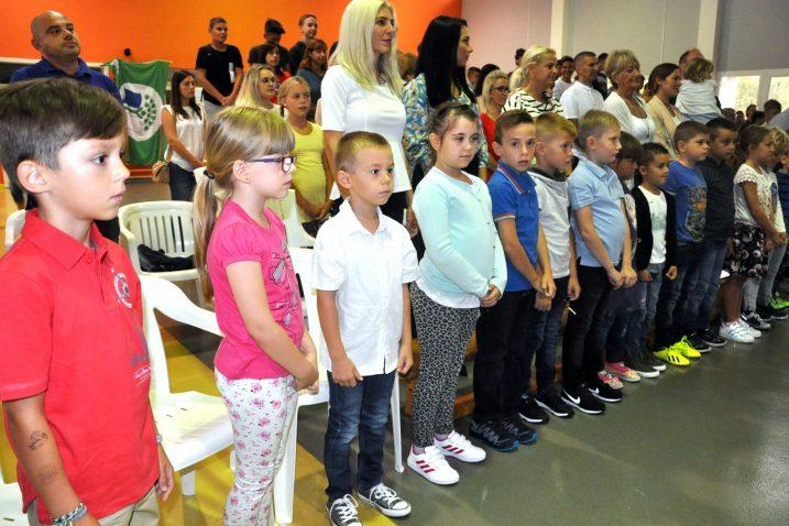 Dobrinjski prvašići na svečanosti povodom prvog dana škole / Snimio Mladen TRINAJSTIĆ