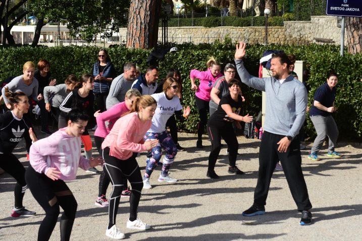 Kolektivno vježbanje pod vodstvom Marija Mlinarića