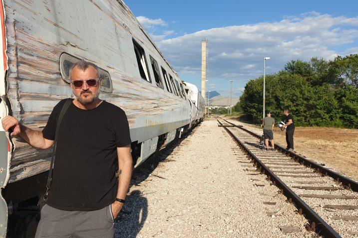 Arsen Oremović uz olupinu nagibnog vlaka koji je iskočio u Rudinama 2009.