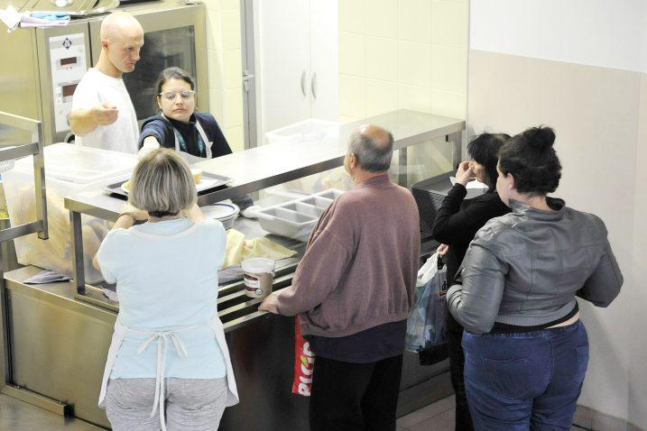 Podjela hrane u Kući uočišta / Foto Sergej DRECHSLER
