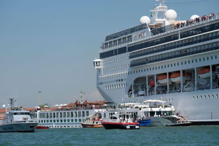 Nesreća je ponovno potaknula žestoku polemiku o šteti koju Veneciji, lučkome gradu na popisu UNESCO-a, laguni i njezinu krhkome ekosustavu nanose golemi kruzeri koji plove preblizu obali / Reuters