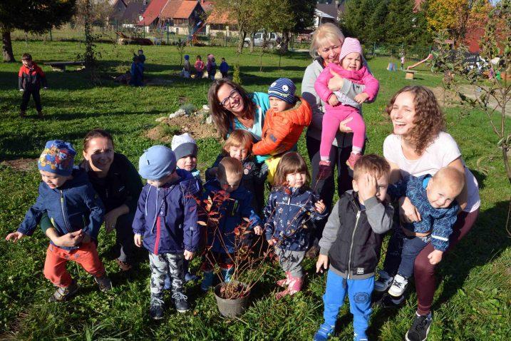 Ekipa jaslica iz Dječjeg vrtića Hlojkica z svoju sadnicu/ Snimio Marinko KRMPOTIĆ
