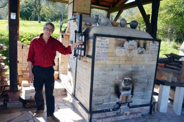 Svjetski ugledni kanadski kipar Alan Lacovetsky izradio je posebnu peć na drva namijenjenu izradi skulptura od pečene gline / Snimio Marinko KRMPOTIĆ