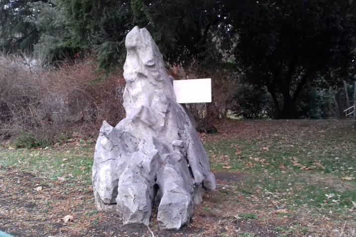 Natpis na kamenoj skulpturi koji se ne vidi / Snimila Ljiljana HLAČA