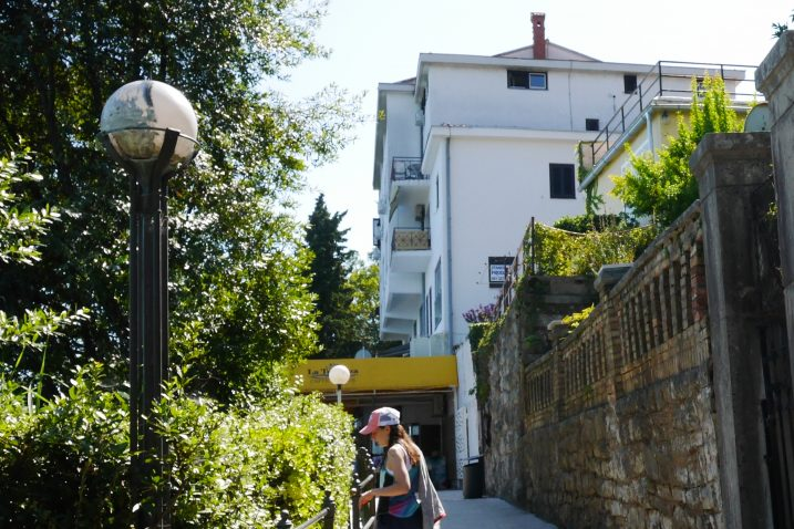 Zgrada s koje je kapalo na obalno Šetalište Franza Josepha / Foto Marin ANIČIĆ