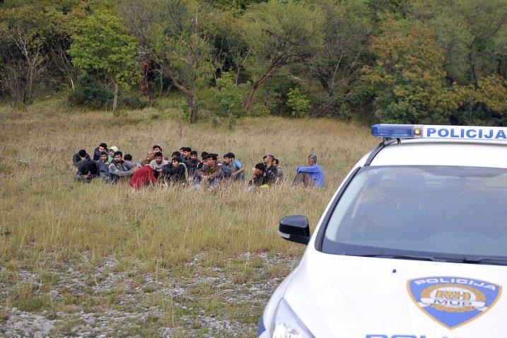 Grupa muškaraca šutke je sjedila na tratini i čekala rasplet svoje sudbine / Snimio Vedran KARUZA