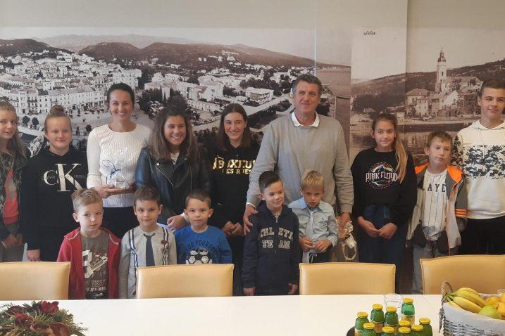 Djeca u posjetu kod gradonačelnika Damira Rukavine i njegove zamjenice Silvije Crnić