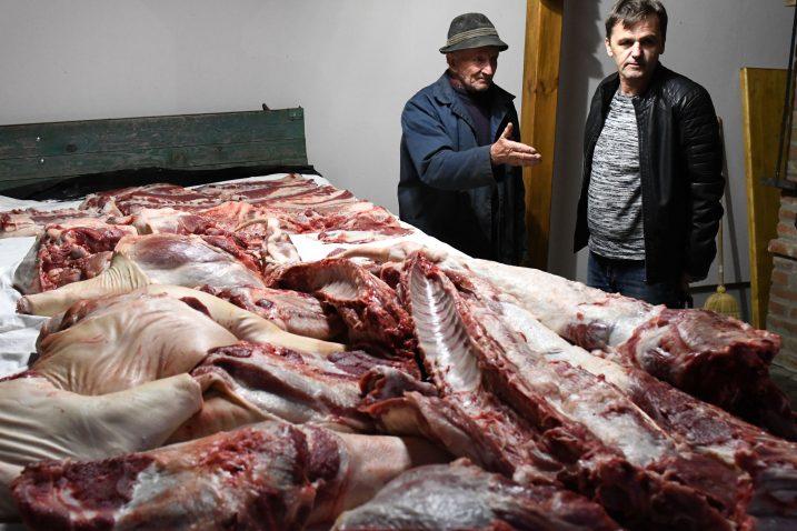 Gazda Milan Kovačević i Ilija Ivešić pred »brdom mesa« / Snimio Marko GRACIN