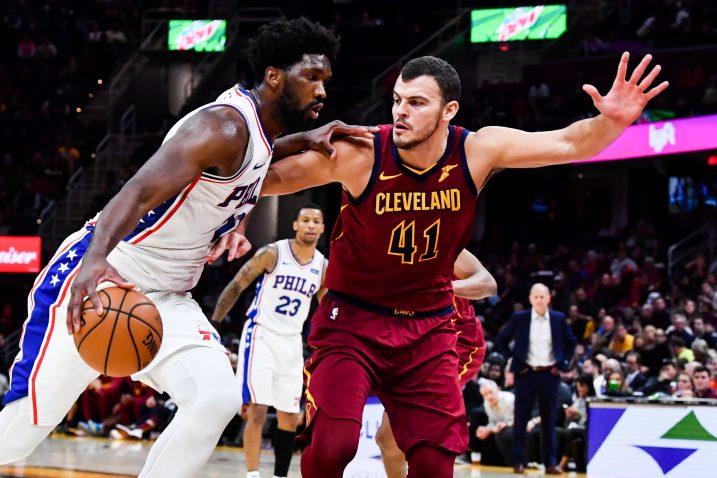 Joe Emblid (Philadelphia 76ers) i Ante Žižić (Cleveland Cavaliers)/Foto REUTERS
