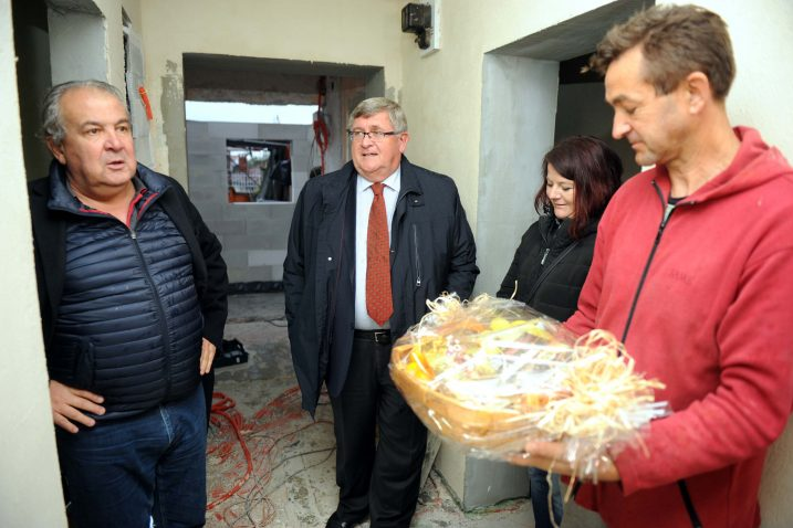 Dogradonačelnik Nikola Ivaniš i gradonačelnik Rijeke Vojko Obersnel obišli su radove na obnovi kuće obitelji Butković i predali prigodni dar / Foto  Marko GRACIN
