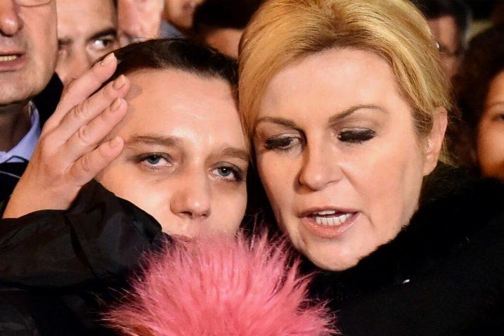 Kolinda Grabar Kitarović i Željka Mitrović Jurić u dvorištu vukovarske bolnice
