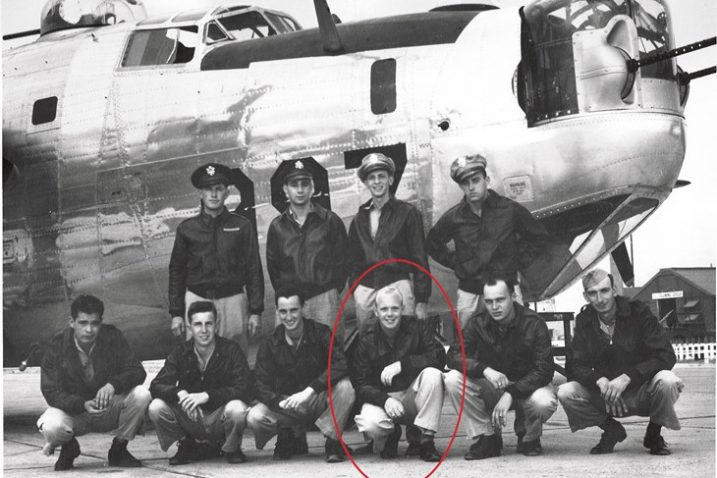 Posada zrakoplova B-24 Liberator, zaokružen je Richard R. Drow. Fotografirao ih je 11. član posade Victor J. Vergnetti