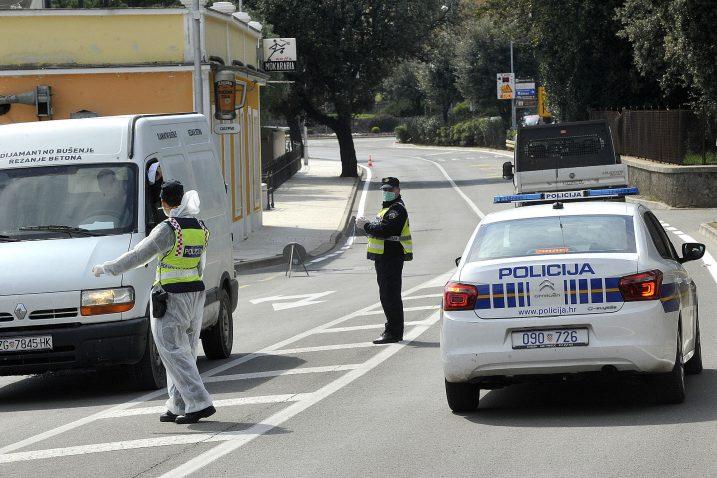 Policija je na punktu u Ičićima propuštala samo putnike s propusnicama / Snimio Sergej DRECHSLER