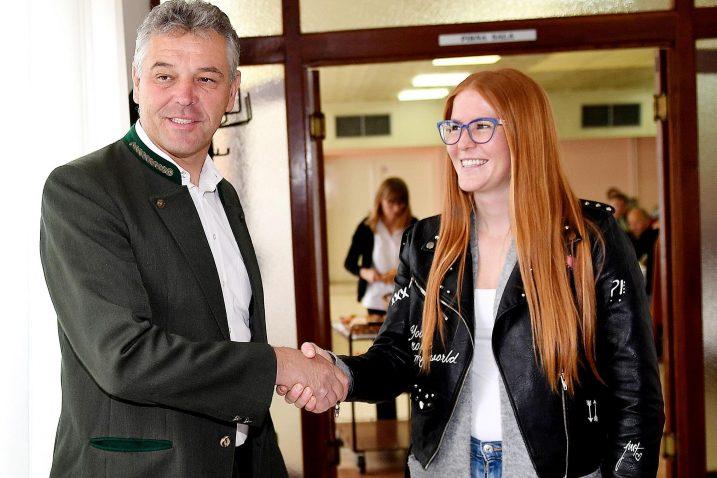 Član LD Srndać i gradonačelnik Bakra Tomislav Klarić pozdravlja novu članicu Loru Vukas / Snimio Ivica TOMIĆ