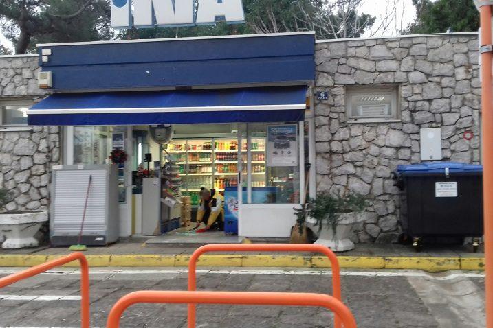 Jutarnje uklanjanje krhotina stakla na ulazu u benzinsku postaju / Foto S.A.