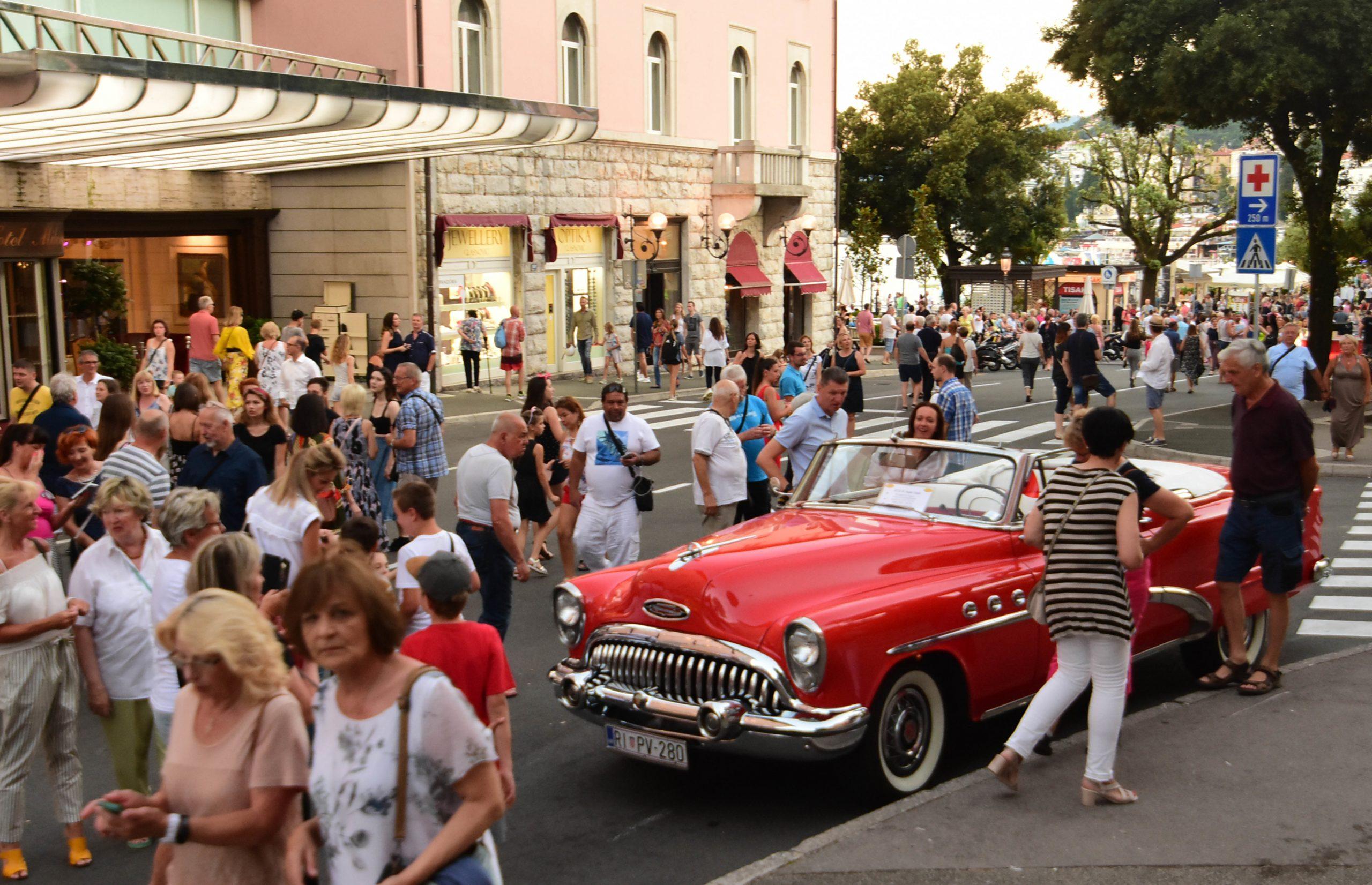 Veliko slavlje najboljeg dijela ostavštine prošlog stoljeća, manifestacija RetrOpatija, ponovno je privuklo tisuće ljudi u Opatiju u uzavreloj ljetnoj noći / Snimio Marin ANIČIĆ