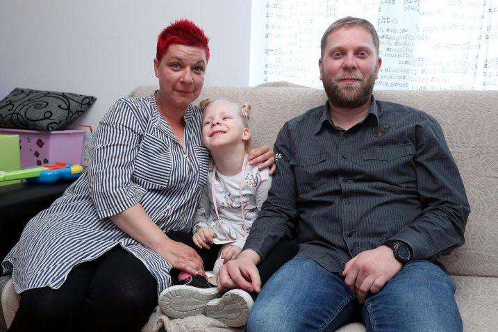 Nora s roditeljima koji zahvaljuju zaista svima koji su pomogli / Foto  Goran Stanzl/PIXSELL