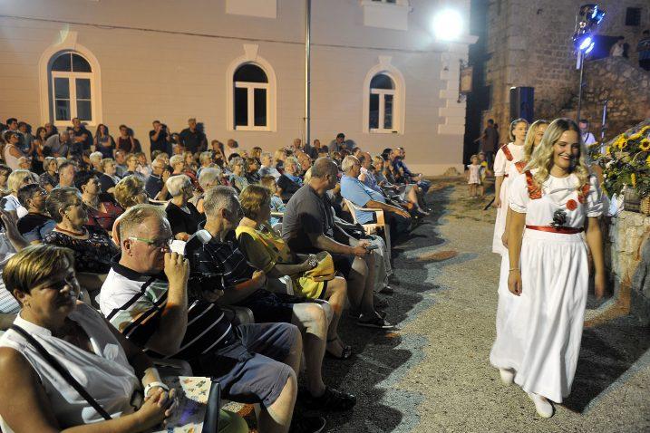 Brojna publika u bribirskom kaštelu pozdravila kandidatkinje za laskavu titulu / Snimio Roni BRMALJ