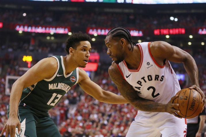 Malcolm Brogdon (Bucks) i Kawhi Leonard (Toronto Raptors)/Foto REUTERS