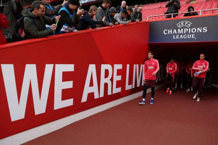 """""""Mi smo Liverpool"""" stoji na izlazu iz svlačionca na travnjak Anfileda/Foto REUTERS"""