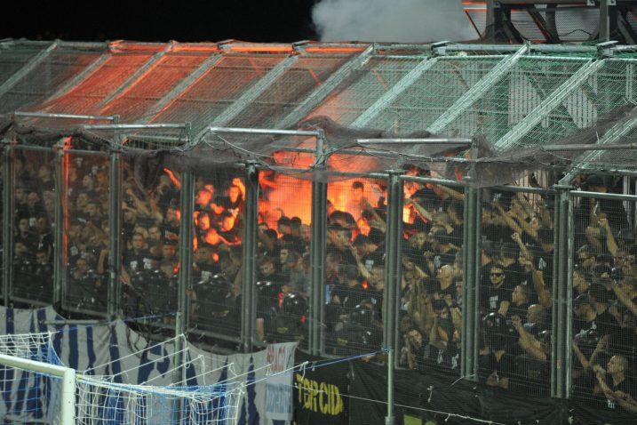 """Torcida u """"kavezu"""" na južnoj tribini tijekom posljednjeg Jadranskog derbija/Foto Arhiva NL"""
