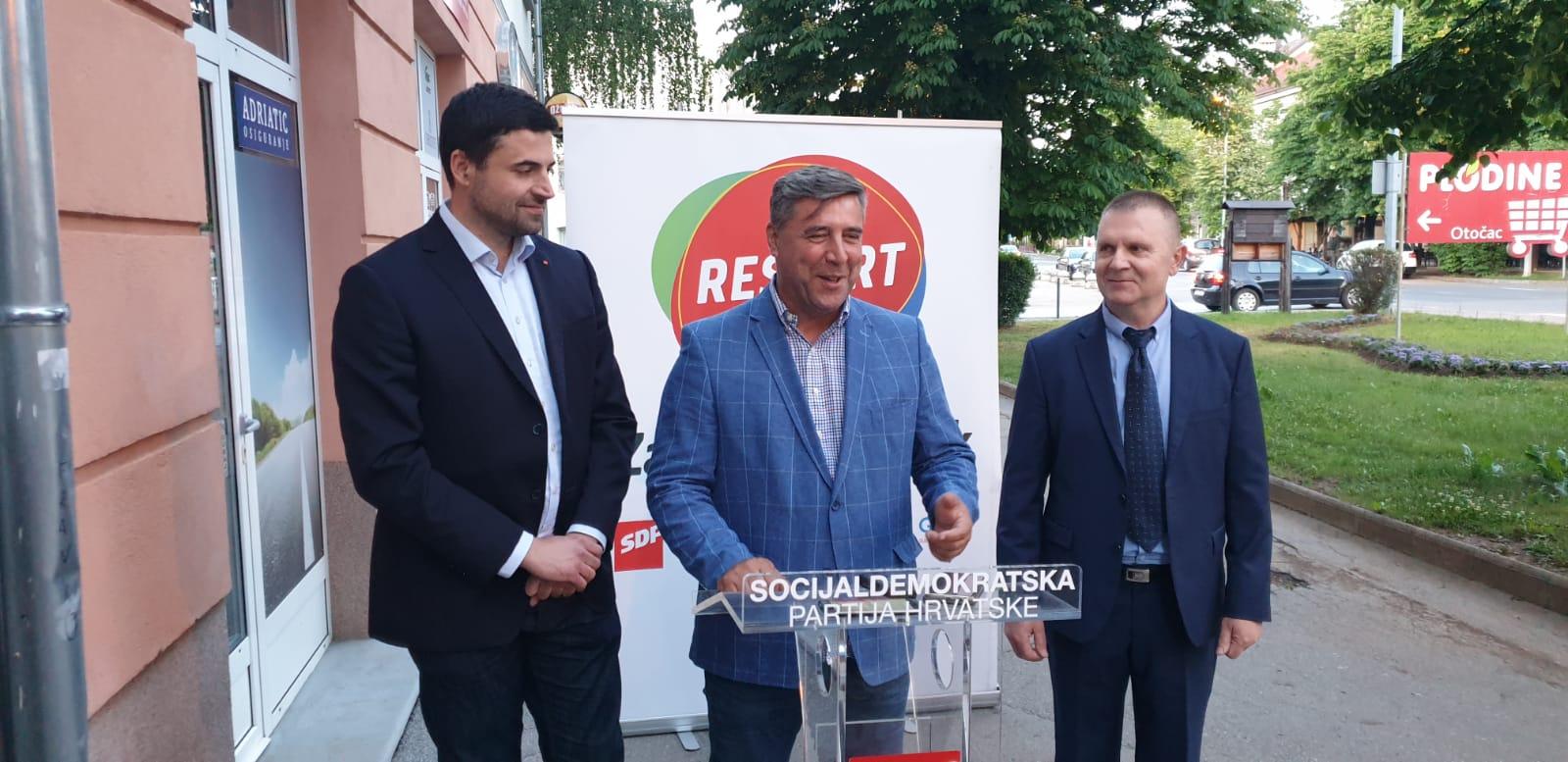 Davor Bernardić i SDP-ovci predstavili su se u Otočcu / Foto: M. SMOLČIĆ
