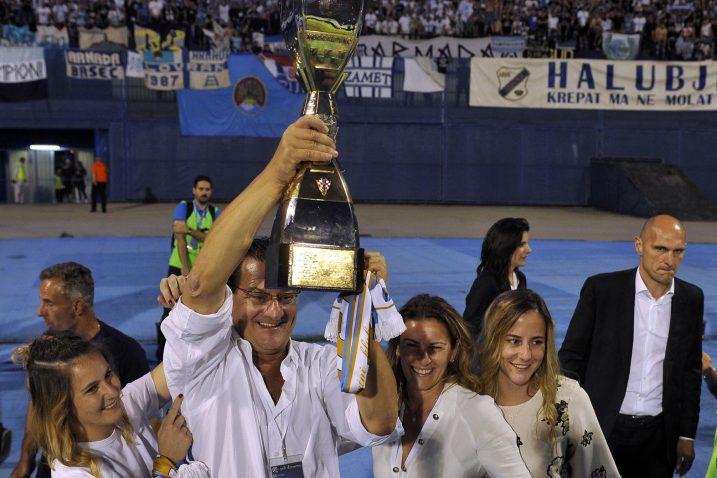 Damir Mišković s trofejom prvaka Hrvatske u društvu supruge Snježane, te kćerki Anne i Mateje/Foto Arhiva NL