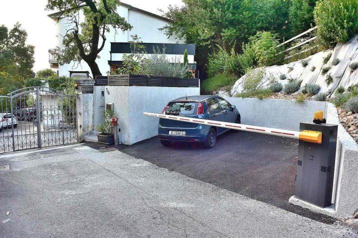 Uređenje novog parkirnog prostora s rampom uznemirilo građane koji žive u blizini / Snimila Ljiljana HLAČA
