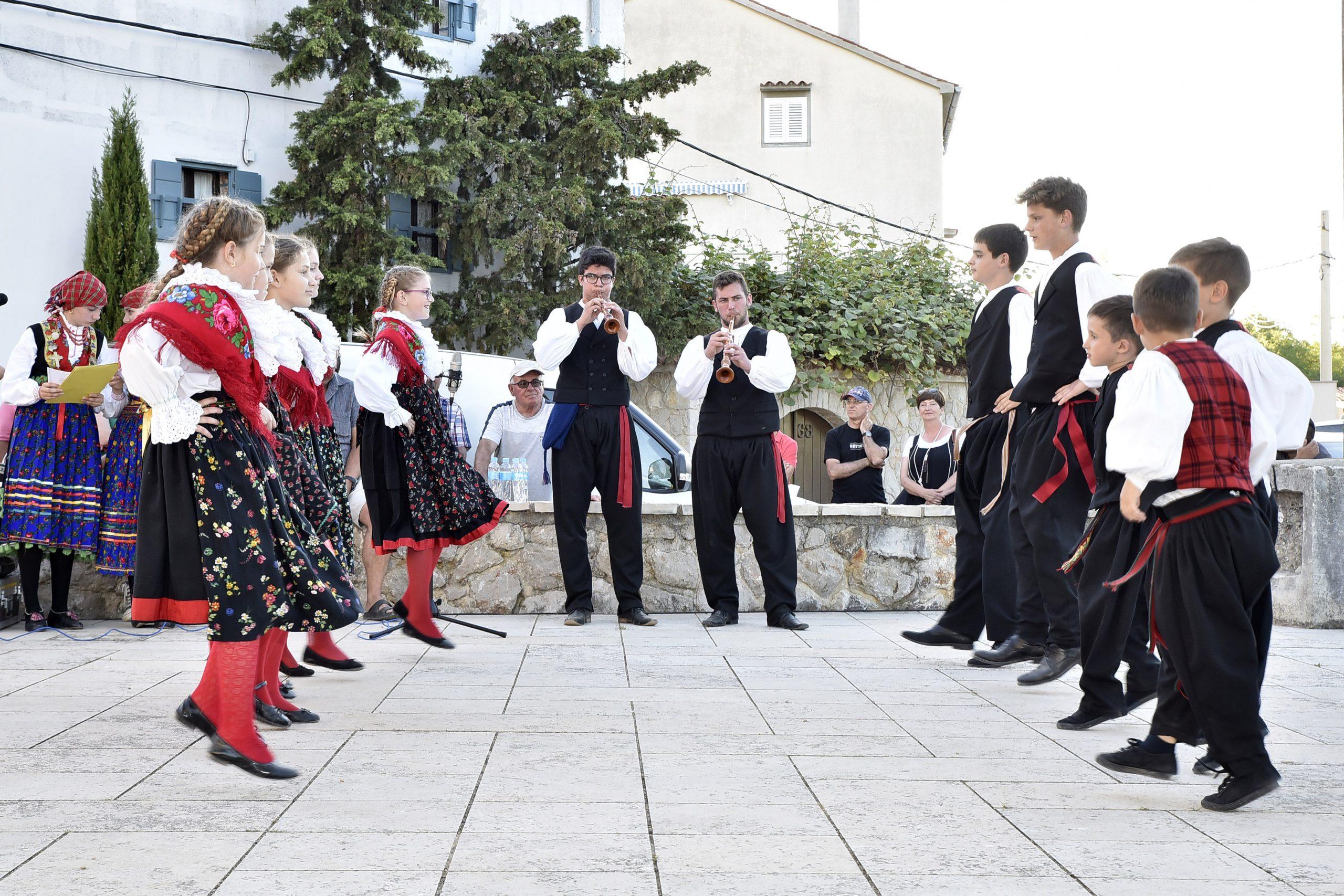 Svaka od folklornih skupina izvela je nekoliko plesova i pjesama / Snimio Walter SALKOVIĆ