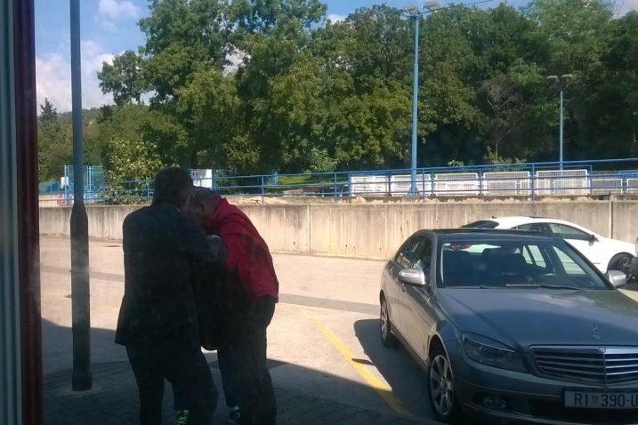 Fotografija na kojoj se vidi kako je Zlatko Petričević krenuo na našeg fotoreportera (u crvenoj jakni)