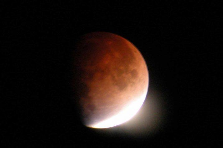 Za vrijeme potpune pomrčine Mjesec nikad ne pada u potpunu tamu već poprima crveno-smeđu nijansu