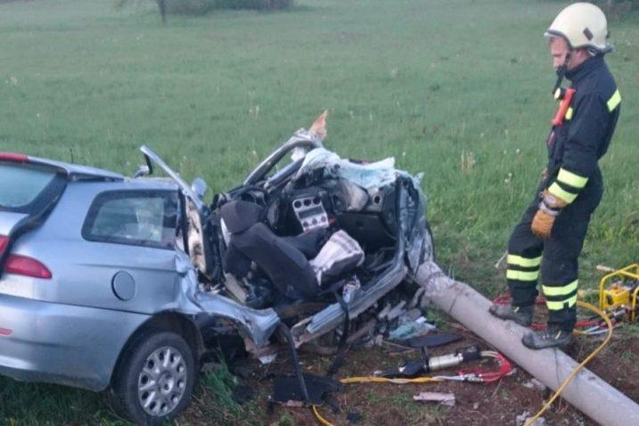 Da bi se iz olupine izvuklo tijelo poginulog vozača u pomoć su pozvani vatrogasci JVP Gospić  / Snimio Marin SMOLČIĆ